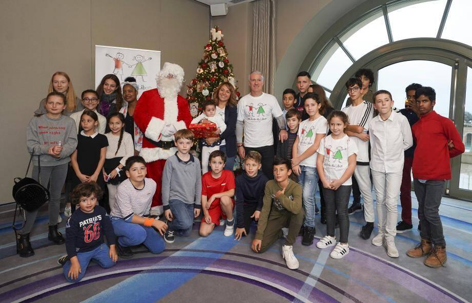 Une quarantaine d'enfants ont pu profiter de la présence du Père Noël et du sélectionneur des Bleus pour passer un moment inoubliable.