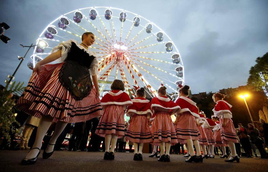 De jeunes danseuses traditionnelles monégasques au pied de la fameuse Grande roue.