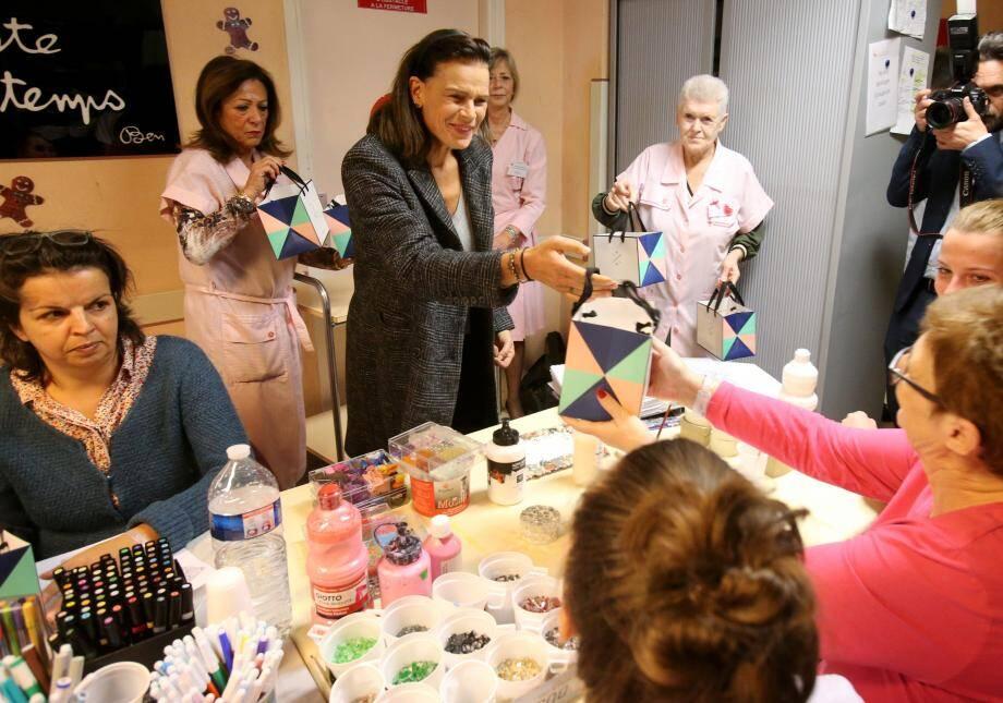 Autour d'un atelier d'expression artistique, les malades ont reçu la visite de la princesse Stéphanie qui leur a apporté des cadeaux.