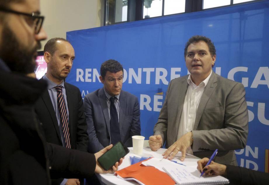 Philippe Tabarot, accompagné d'Antoine Cordier, directeur régional adjoint de la SNCF, a posé ses dossiers en gare de Nice pour répondre aux usagers.