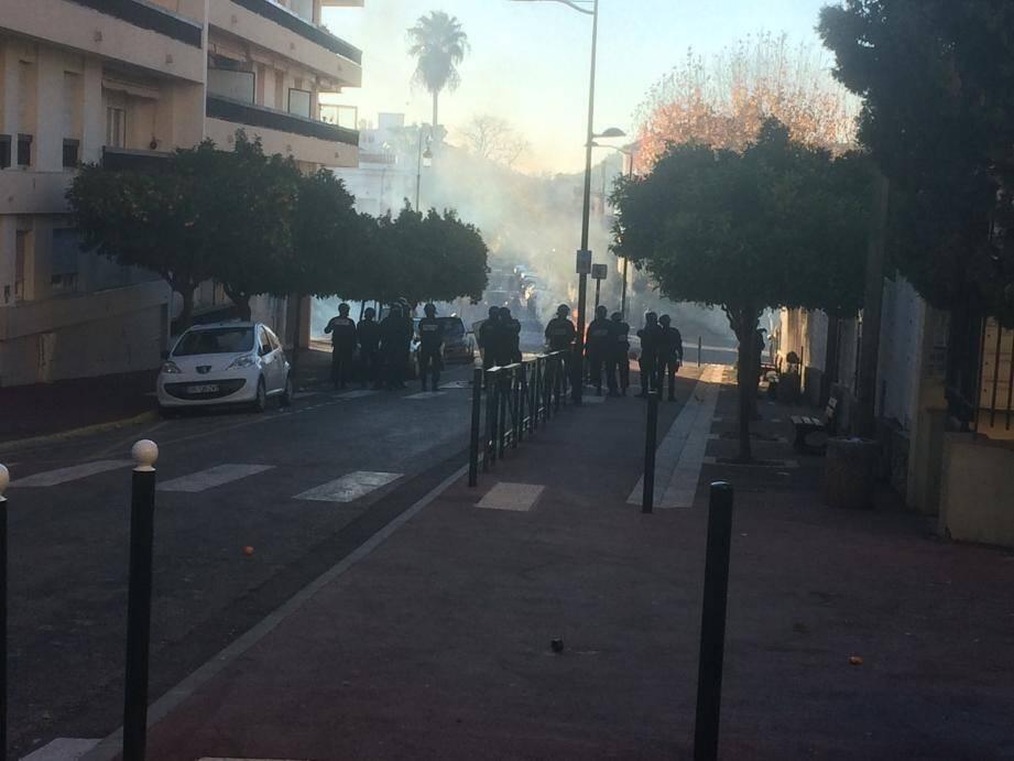 Intervention des forces de l'ordre à Hyères pour disperser les lycéens.