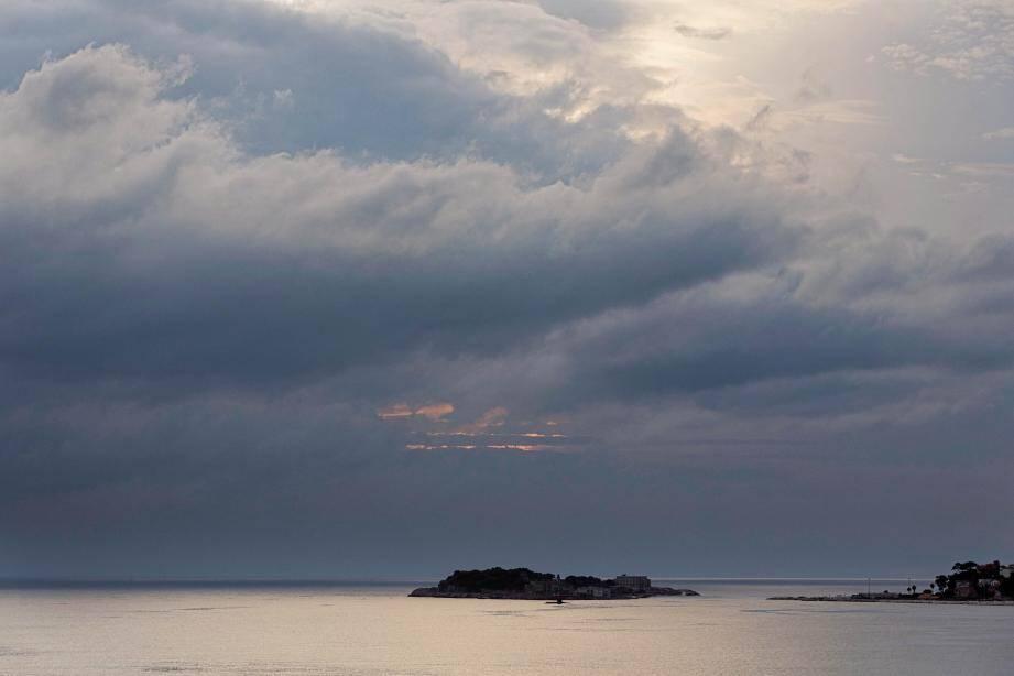 Vue de l'île de Bendor dans la baie de Bandol depuis le Lido.