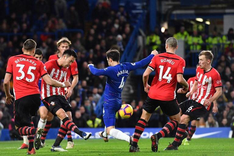 Cesc Fabregas en bleu sur la photo.