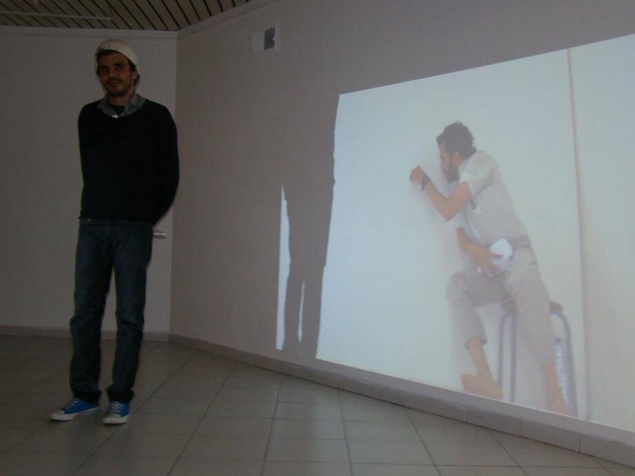 Les performances vidéo de Zagros Mehrkian sont exposées à la galerie G.