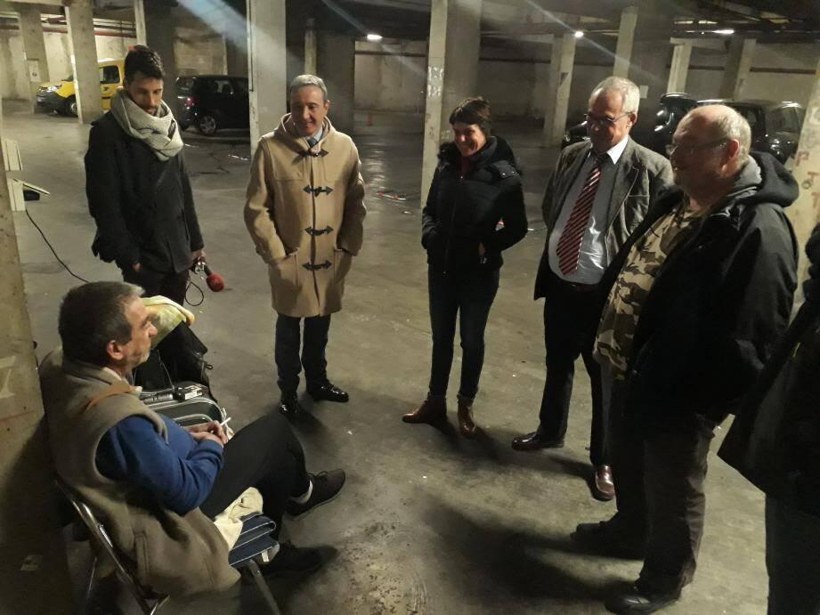Préparation de la maraude du jour, mardi soir, avec les équipes d'urgence sociale et les représentants de la préfecture.
