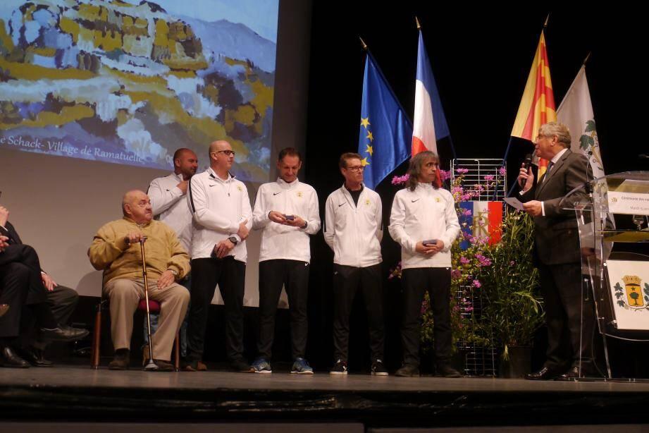 Les entraîneurs du club ont reçu les médailles de la ville, sous l'œil de deux présidents, Patrick et Marcel  Chassaigne.