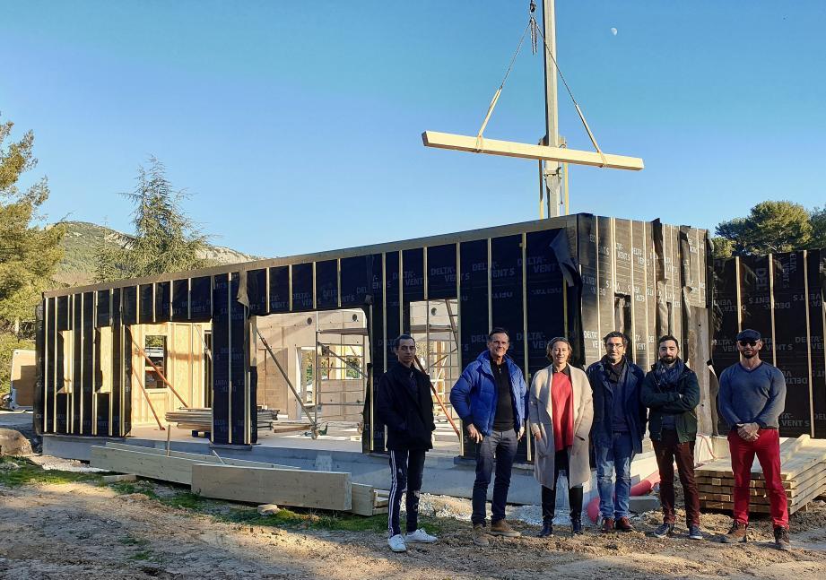 La municipalité, l'architecte et les entreprises ont fait un point sur l'avancée des travaux de la future micro-crèche.