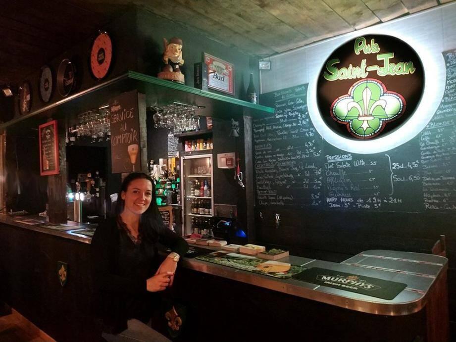 Aline, propriétaire de l'établissement, convie les amateurs de rock'n'roll, rugby, et bien évidemment de bières et spiritueux à se rendre au « Pub Saint-Jean ».