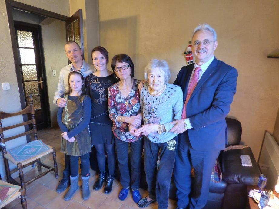 """""""Tine"""" Latard entourée par son arrière-petite-fille Lora, sa petite-fille Sarah et son compagnon Hervé, sa fille Yvette, et le maire de Cagnes."""