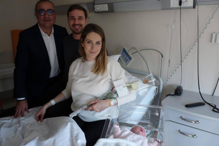 Lou (ici entourée de ses parents Clarisse et Anthony, et du Dr William Ibghi), est née hier matin.