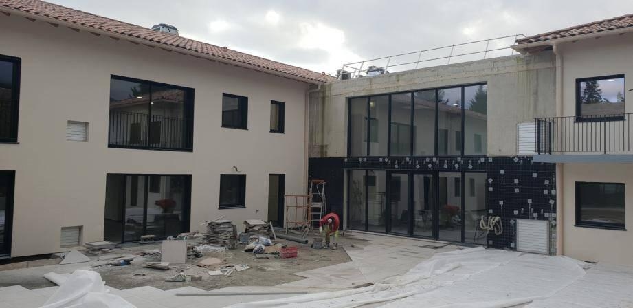 On est à l'heure des finitions du côté du chemin du Camp de Tende. Dans quelques semaines, les 24 nouvelles chambres seront occupées, permettant, notamment, d'accueillir les résidents des Fontaines Parfumées et le lancement de la rénovation du bâtiment existant.