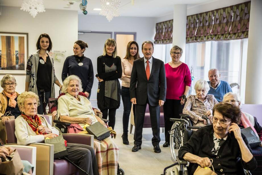 Aux Citronniers, les seniors ont reçu la visite du maire et des responsables du CCAS. (Phoot DR)
