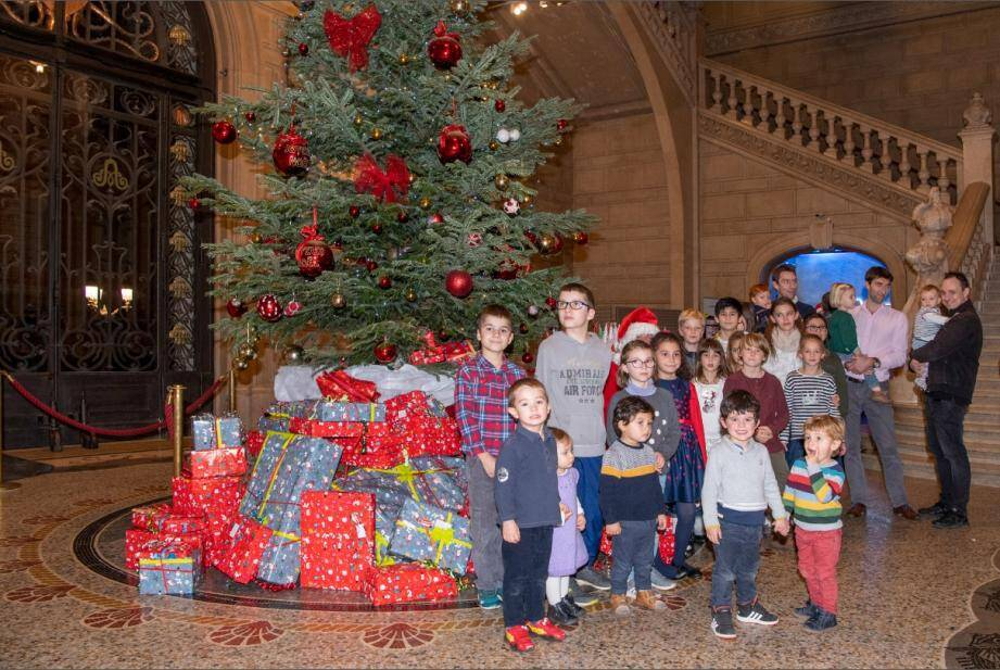 Chaque année, alors que l'hiver s'est installé et que les fêtes de fin d'année approchent à grands pas, les employés du musée océanographique, ainsi que leurs enfants, se rassemblent au palais de la mer.