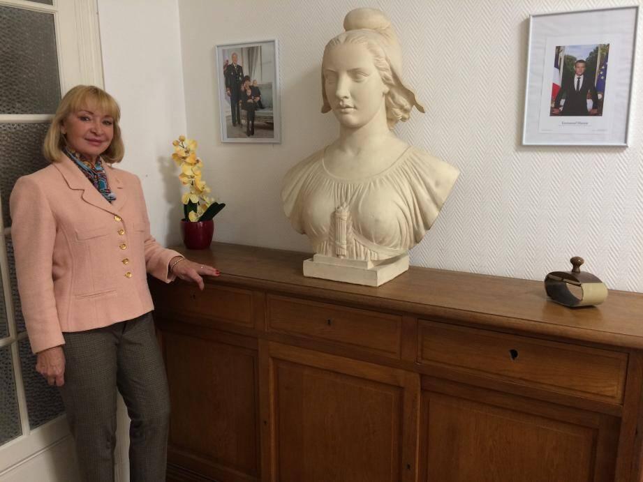 Une Marianne entourée des photos officielles du président de la République française et de la famille princière : la nouvelle déco du bureau de Michelle Mauduit-Pallanca.
