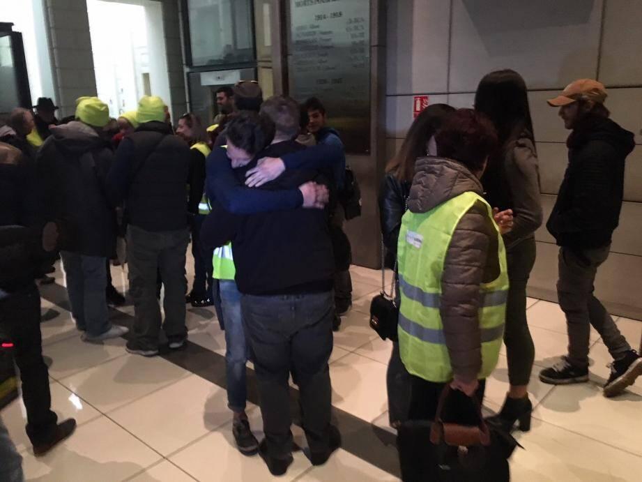 Soulagement, embrassades, bonnets et gilets jaunes de sortie, à la sortie de la salle d'audience à Nice