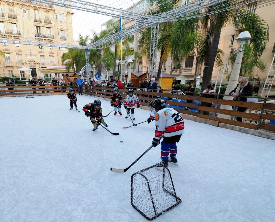 Autour de la patinoire, le public se plaît à admirer ces jeunes qui n'ont pas froid aux yeux et qui ne craignent pas les gamelles sur la glace, dure comme du béton.