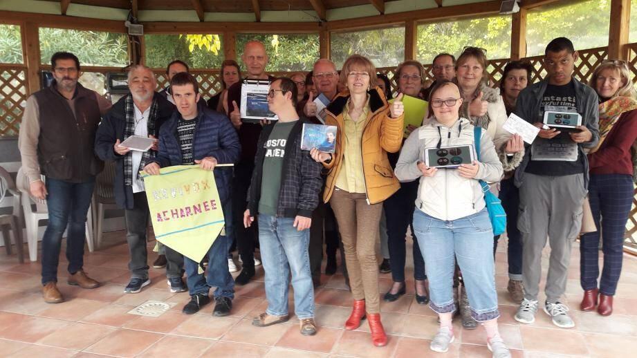 Des résidents, l'équipe dirigeante, des parents et le Rotary club de Grasse Amiral autour de Christine Denis de l'association « Acharnée », à l'origine de la création de cette nouvelle application Kevivox.