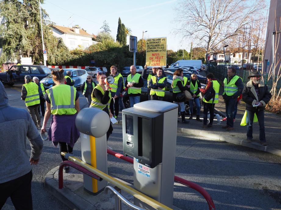 Hier, les « gilets jaunes » de Cagnes ont offert le parking aux automobilistes.