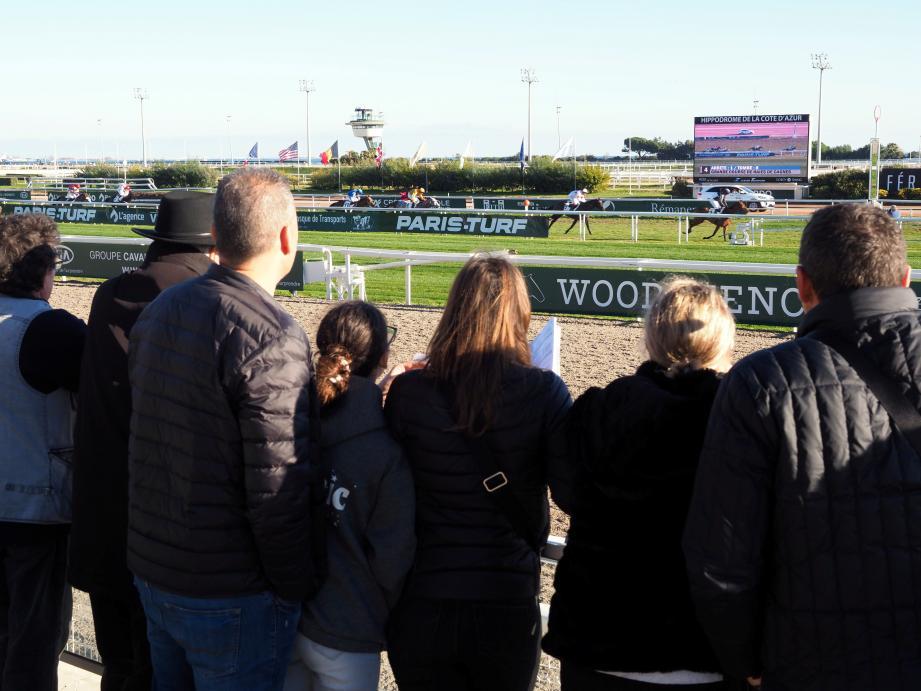À l'hippodrome de Cagnes-sur-Mer, le public a encouragé, hier, le cheval au dossard numéro 2 : Côte d'Azur.