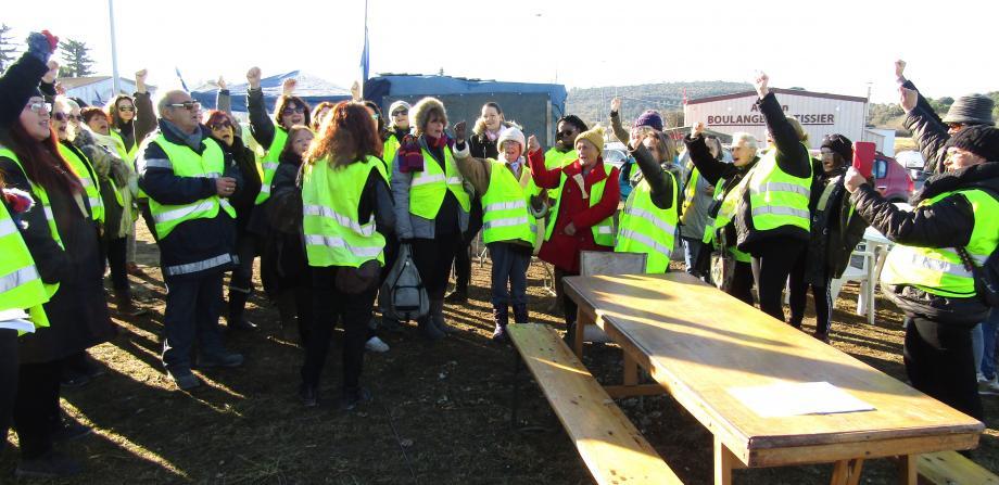 Après le discours des porte-parole riansaises, les femmes ont chanté une Marseillaise, avant leur marche dans les rues du Village.