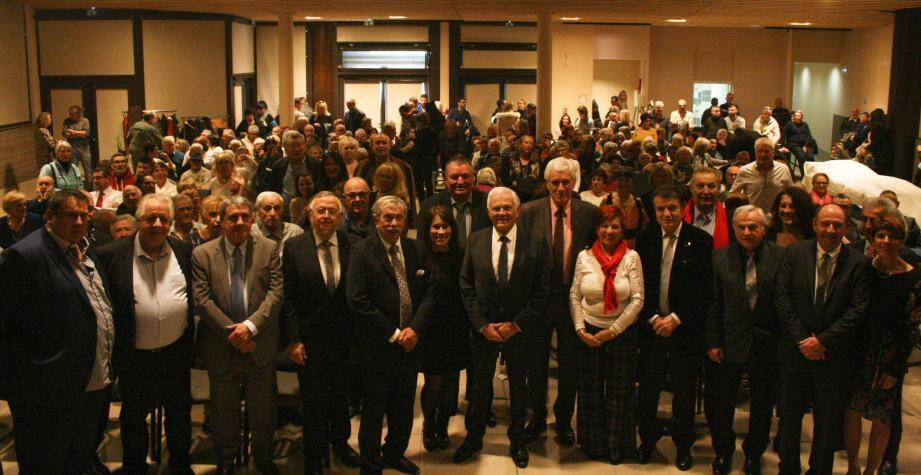 Le maire, Maurice Lavagna, entouré de nombreux élus de la vallée du Paillon.