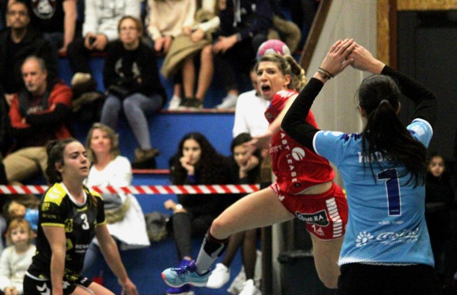 Justine Joly avec ses 4 réalisations n'a pu empêcher la défaite de son équipe face au leader.