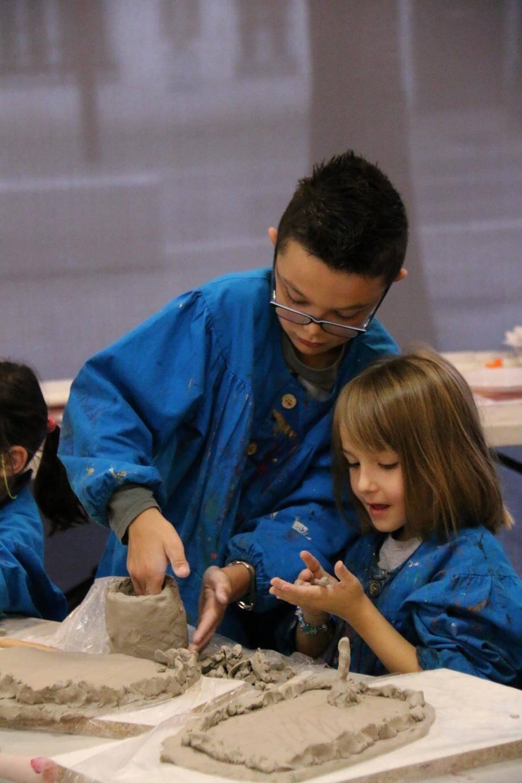 Les ateliers visent aussi à resserrer les liens familiaux, en offrant des occasions de partage créatif entre enfants et grands-parents par exemple.