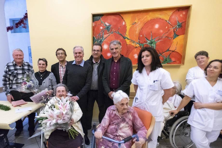 Andrée Roca, en bonne compagnie, après la remise des bouquets pour fêter ses 100 ans.