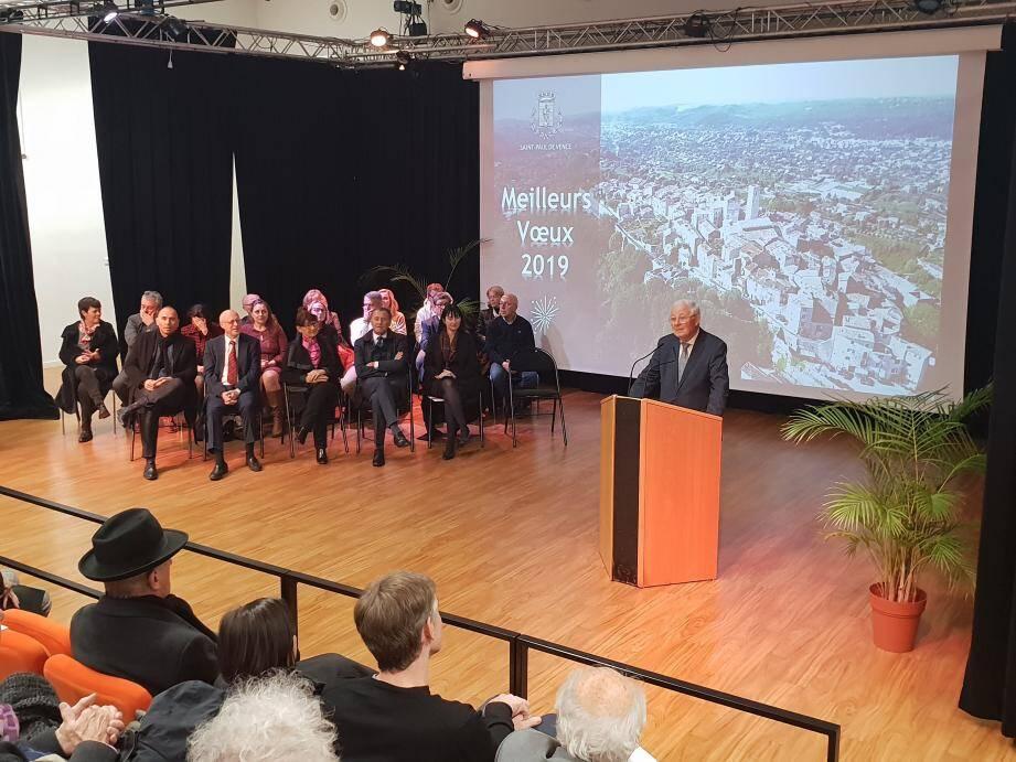 Entouré des élus de communes voisines et de la députée Laurence Trastour, le maire a égrainé les projets inscrits au budget 2019. (DR)