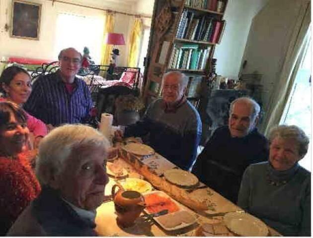 Les membres de l'Espéranto Provence ont réservé un accueil chaleureux autour de la galette des rois à leurs hôtes américains.
