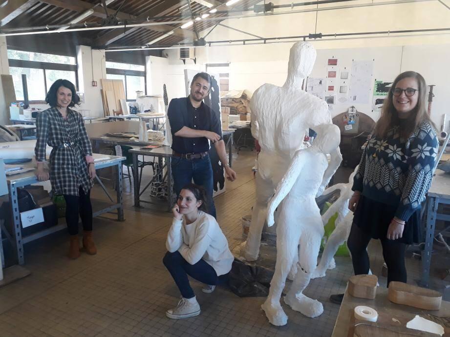 Ambre, Solveig, Sandy et Thomas posent dans les ateliers des Beaux-arts de Toulon... bientôt fermés pour cause de déménagement (heureux) à Chalucet.