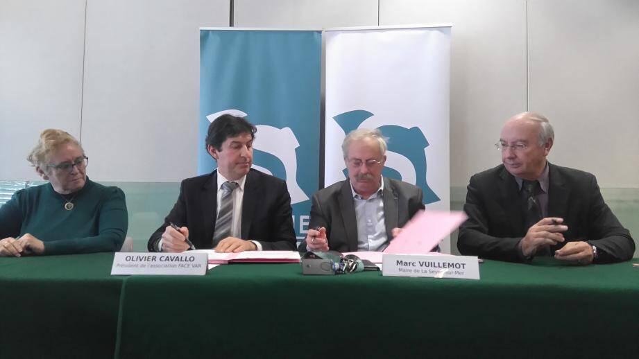 Entouré des représentants de La Poste et de l'association Face, le maire Marc Vuillemot a signé hier la convention tripartite qui formalise le fonctionnement du nouveau point postal.