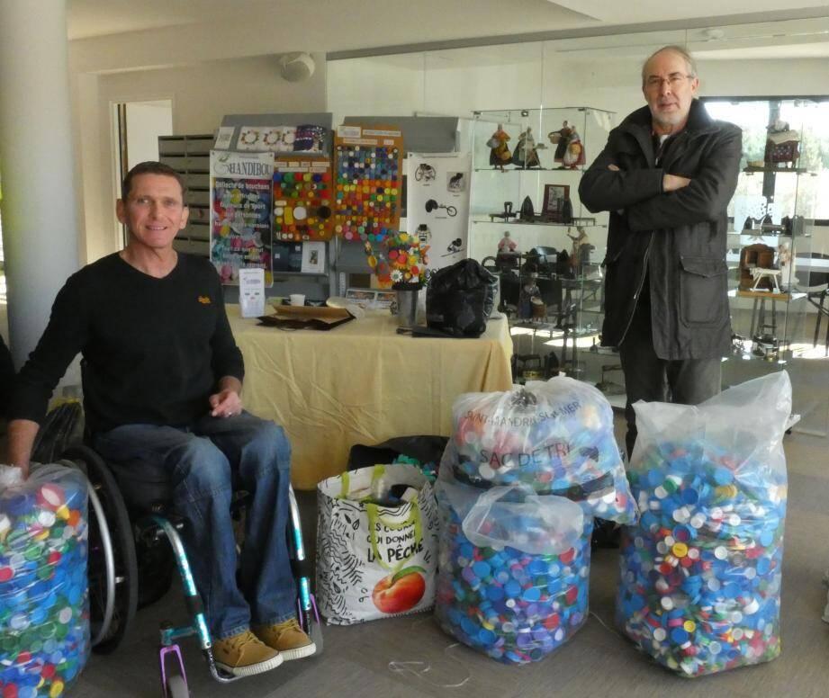 Au côté d'un bénévole, un président heureux de cette remarquable collecte de bouchons.