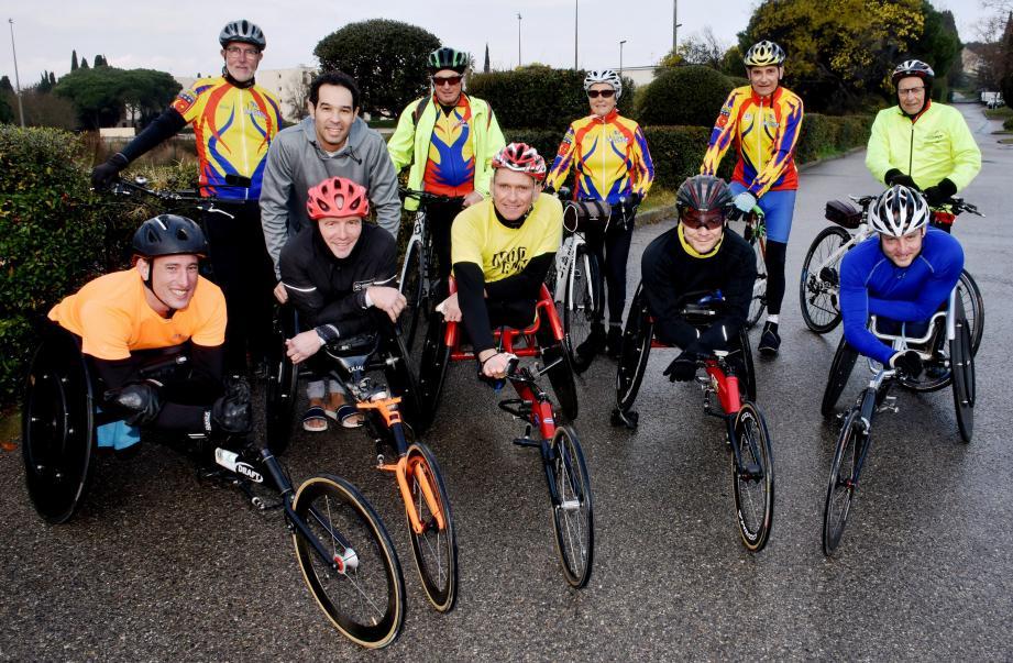 Les athlètes en compagnie des cyclistes de l'UCP Londaise avant la séance journalière en direction du col du Pas-du-Cerf.