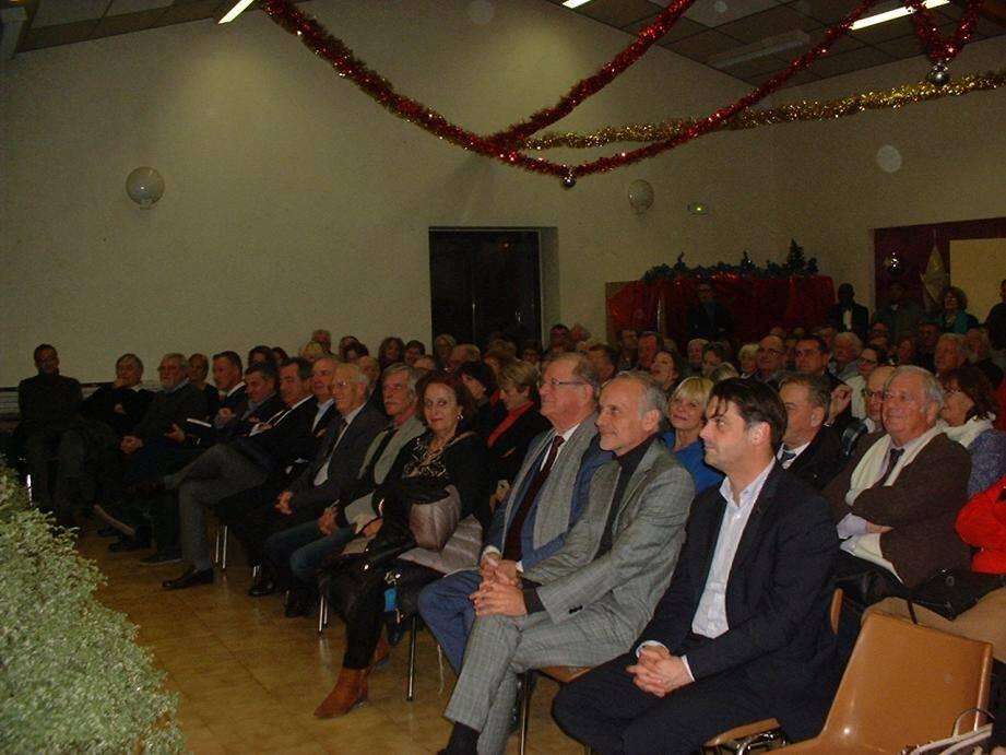 Beaucoup de monde, salle des Moulins, pour entendre le maire, Claude Blanc.