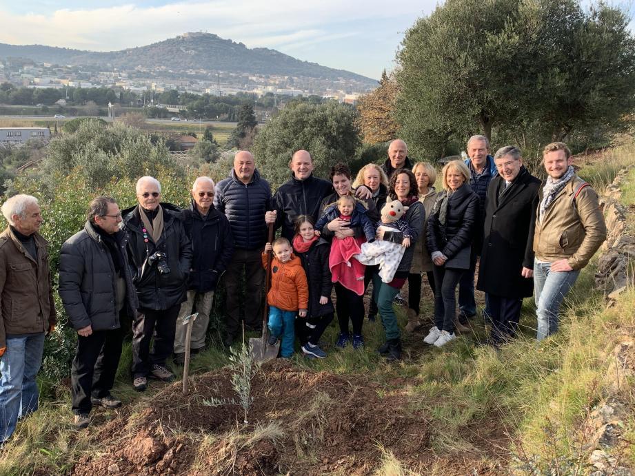 Depuis plusieurs années, la commune offre des oliviers aux enfants du village et met à disposition un terrain pour les planter.