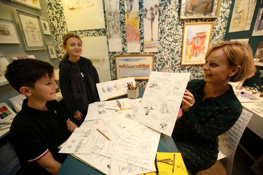 Sylvie T présente les premières planches de «son» histoire de France, pour avoir un retour des enfants.
