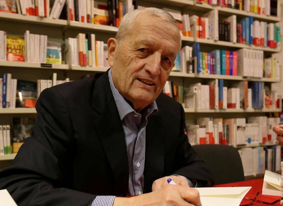 Séance dédicaces pour François Léotard, invité de marque à la librairie Charlemagne, pour la sortie de son dernier ouvrage Petites éloges pour survivre par temps de brouillard.