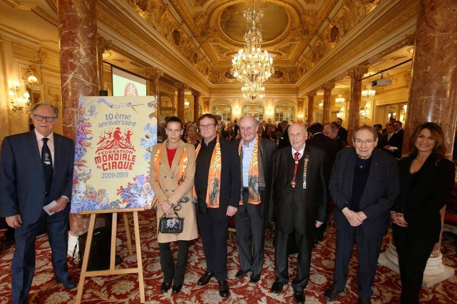 Autour de la princesse Stéphanie hier midi à l'hôtel Hermitage, les membres du bureau de la fédération mondiale du cirque réunis pour célébrer le dixième anniversaire de sa création, avec comme invité, le comédien Robert Hossein, grand amoureux de l'art du cirque.