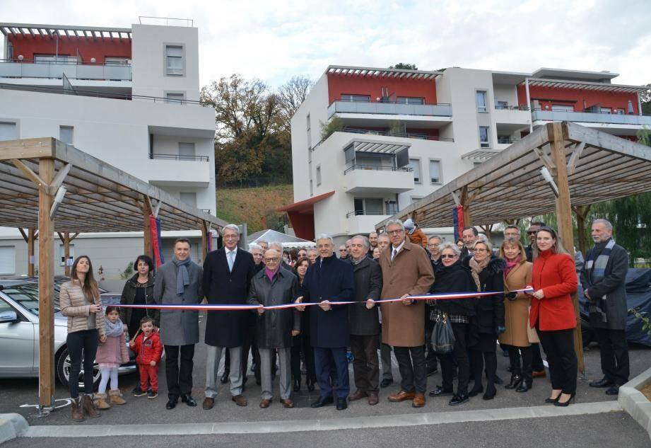 Les élus et les responsables du projet, promoteurs et bailleur social, avec les nouveaux habitants ont coupé le ruban samedi matin.