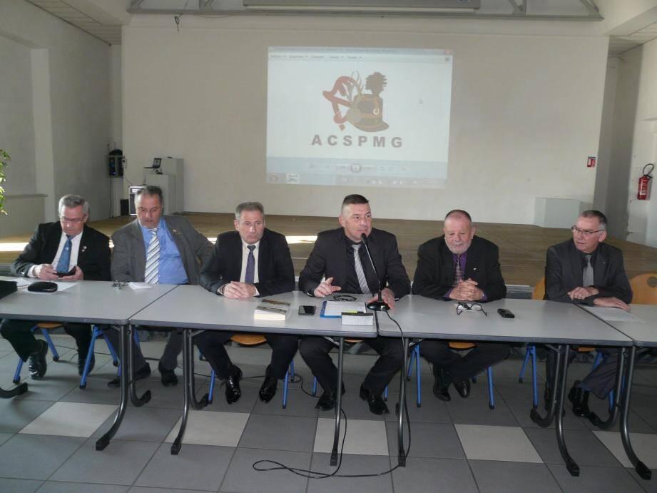 Nicolas Moulin (au centre) entouré des élus et des membres de son bureau.