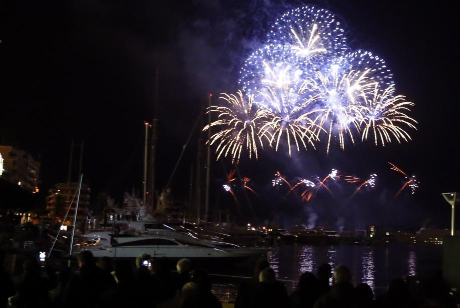 Un feu en rouge et blanc de douze minutes sera tiré samedi, depuis la grande digue du port Hercule, à 19h45.