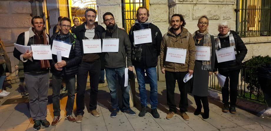 Lors de la réunion d'information, huit enseignants du lycée Masséna ont accueilli les parents d'élèves avec des tacts en main et pancarte autour du cou. Pour dire « non à la réforme » du lycée.