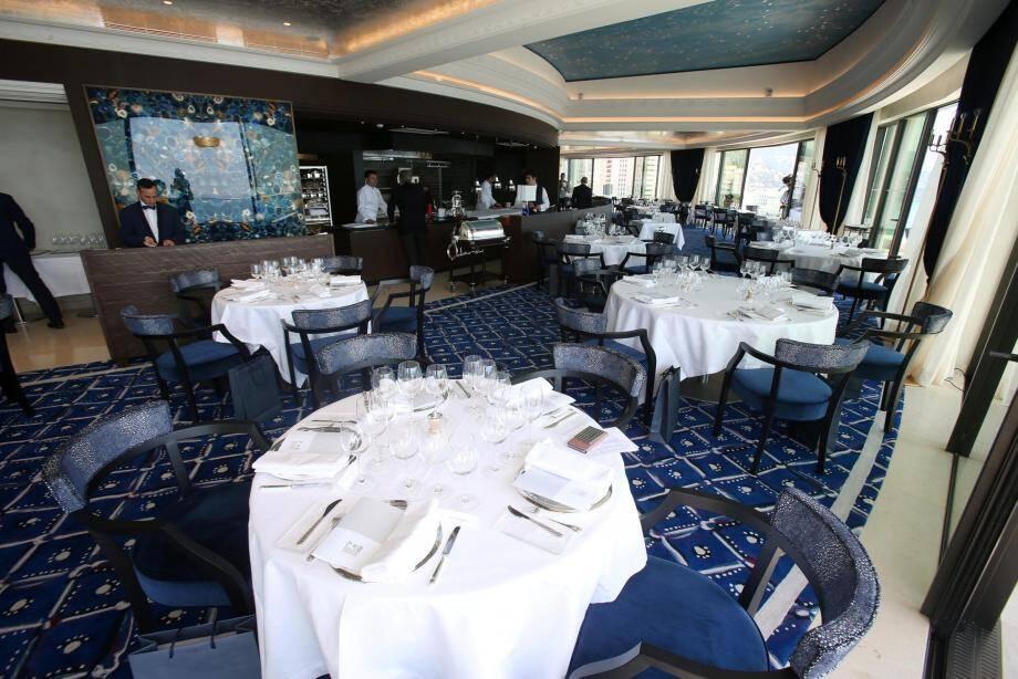 Le restaurant perché au huitième étage de l'Hôtel de Paris a rouvert en mai 2017.