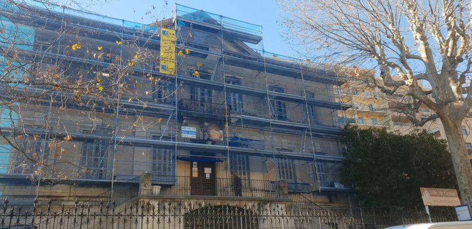 La rénovation de la façade est de la villa Guérin, qui abrite le centre communal d'action sociale, va s'étendre jusqu'au 10 avril sur le boulevard Victor-Hugo. Montant des travaux : 125 475,96 €.