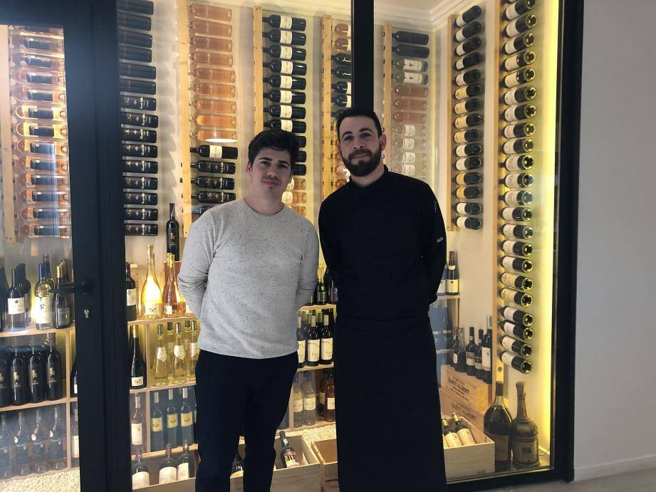 Erwan Guilmin, le responsable du restaurant L'Arum (à gauche), aux côtés du chef Benoît Simian qui viennent de décrocher leur premier Bib du Michelin 2019 après seulement 8 mois d'existence.