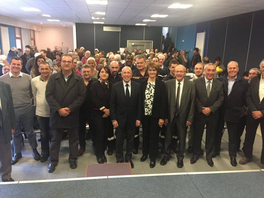 Éric Ciotti (député de la 1re circonscription), Paul Burro (maire de Belvédère), Josiane Borgogno (maire de Saint-Sauveur-sur-Tinée), Henri Giuge (maire de Saint-Martin-Vésubie) entourent Martine Barengo Ferrier et son conseil municipal pour les vœux de La Bollène-Vésubie.