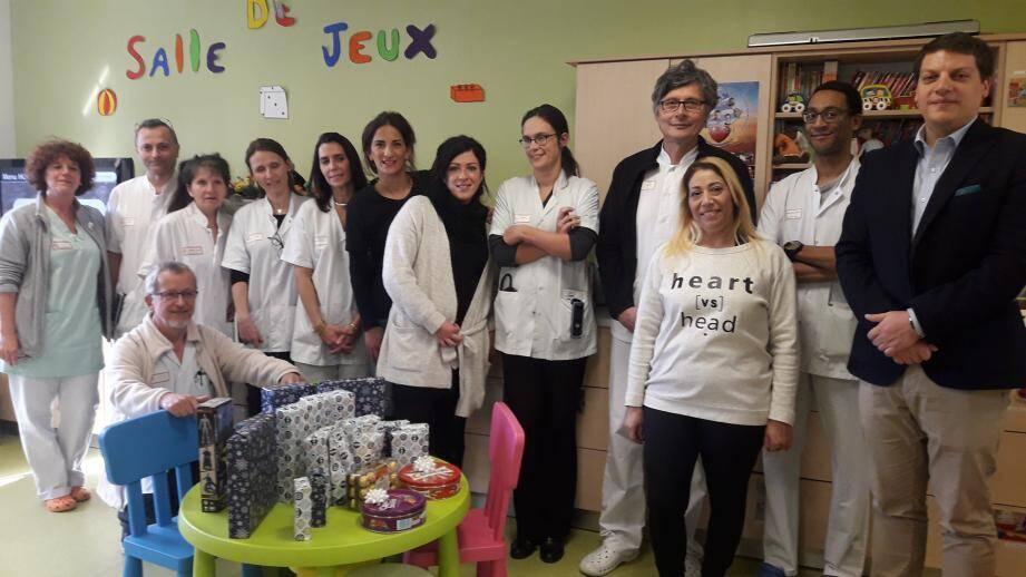Au côté du directeur de l'hôpital Walid Ben Brahim, et du chef de pédiatrie et néonatalogie, Joël Nguyen, Hamida Helal, présidente, et les bénévoles de Source d'espoir, ainsi que les personnels hospitaliers du service qui accueillait hier 11 enfants auxquels les jouets ont été offerts.