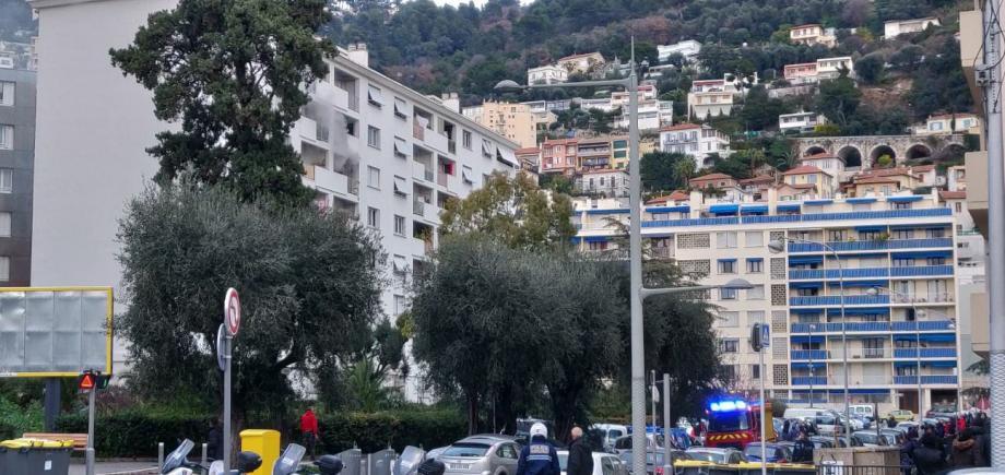 La fumée s'échappant de l'appartement (à gauche) situé au 5 de la rue Francis-Carco a alerté les riverains.(DR)