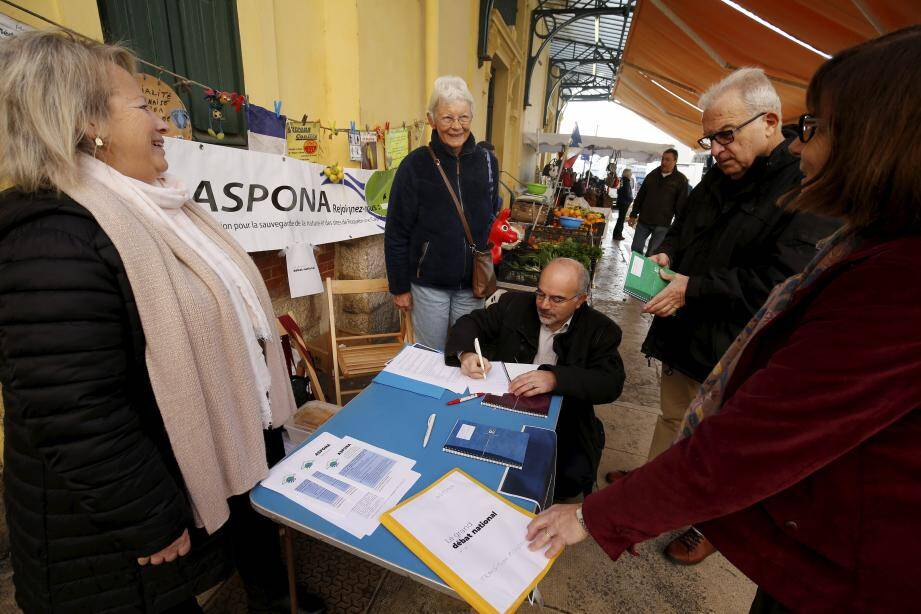 Hier matin, les membres de l'Aspona étaient au marché des Halles pour recueillir des propositions dans le cadre du Grand débat sur la transition écologique.